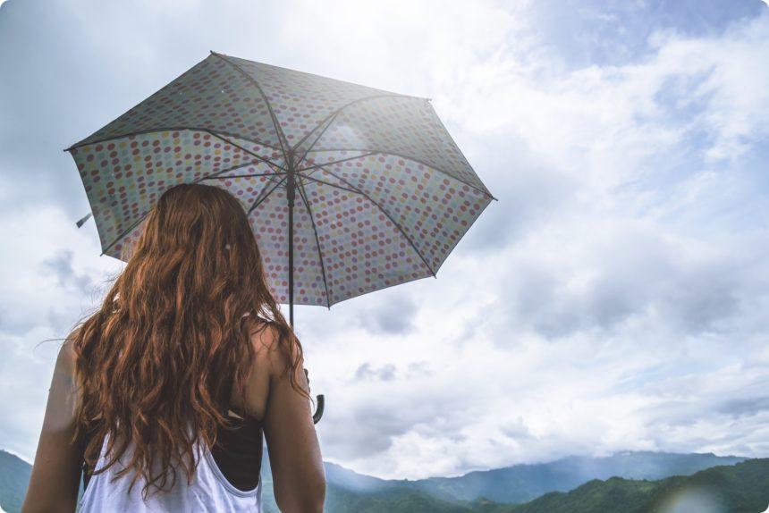 傘をさすタイ人女性