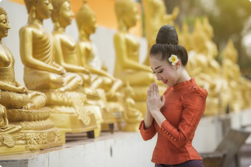 仏像に祈る女性