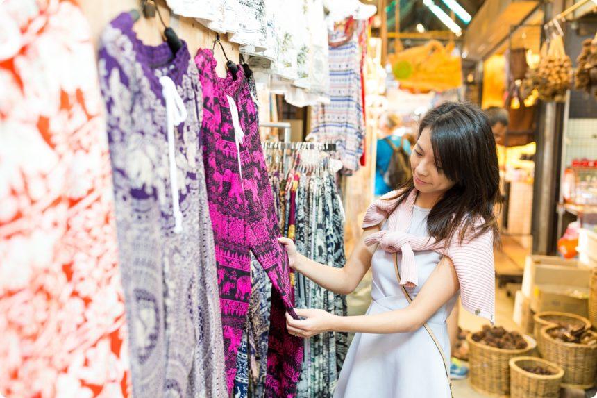 タイのお土産タイパンツを選ぶ女性