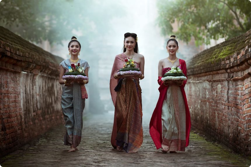 タイの民族衣装を着た女性たち
