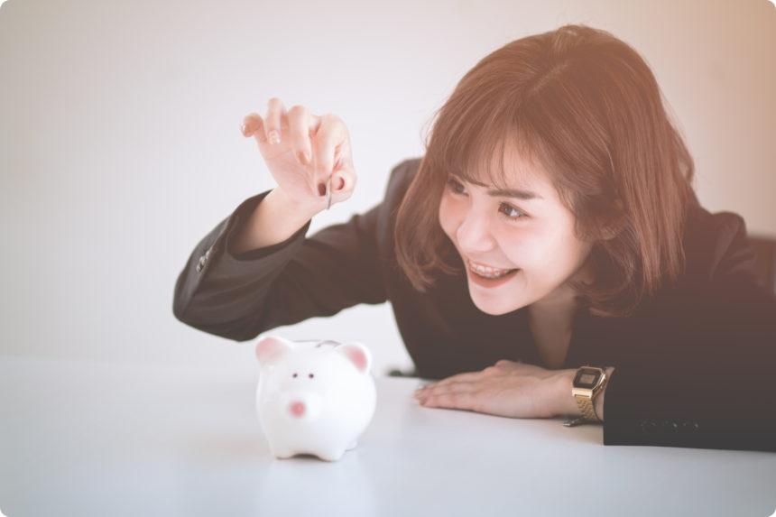 タイ人女性と豚の貯金箱