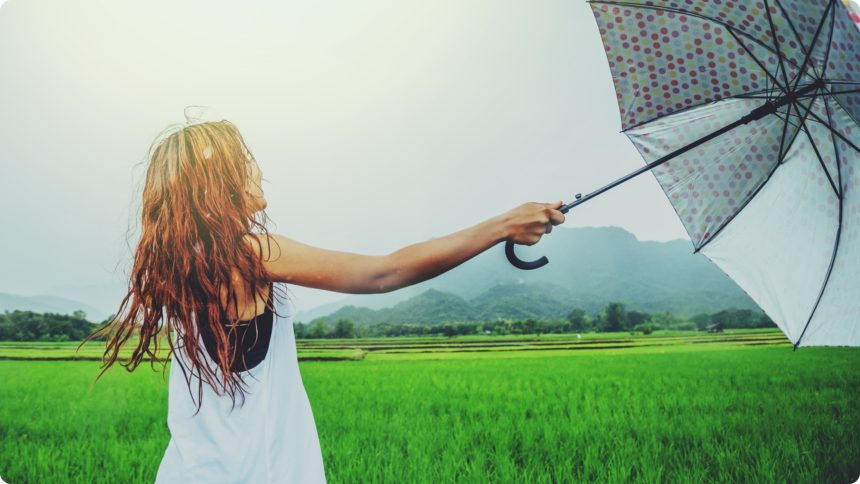 傘をさす女性 タイ