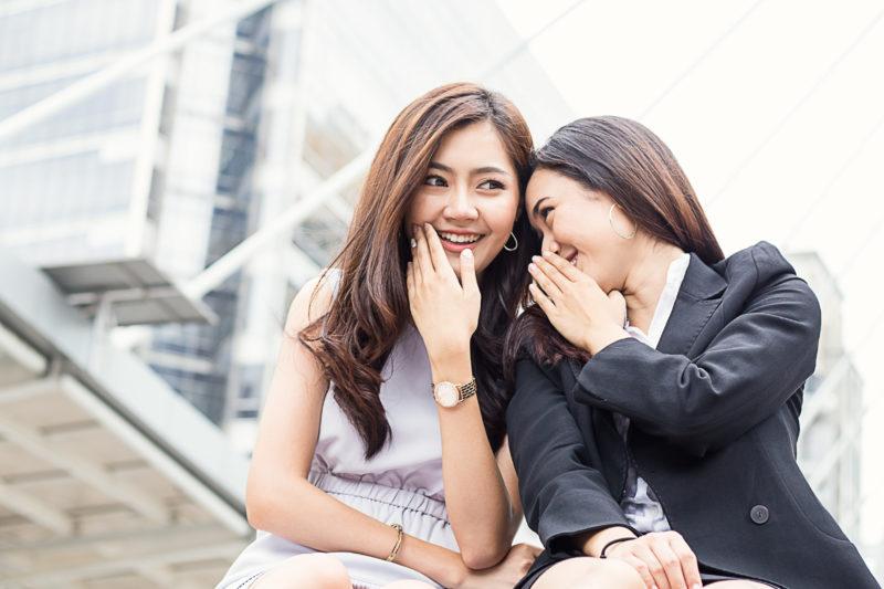 おしゃべりをするタイ人女性