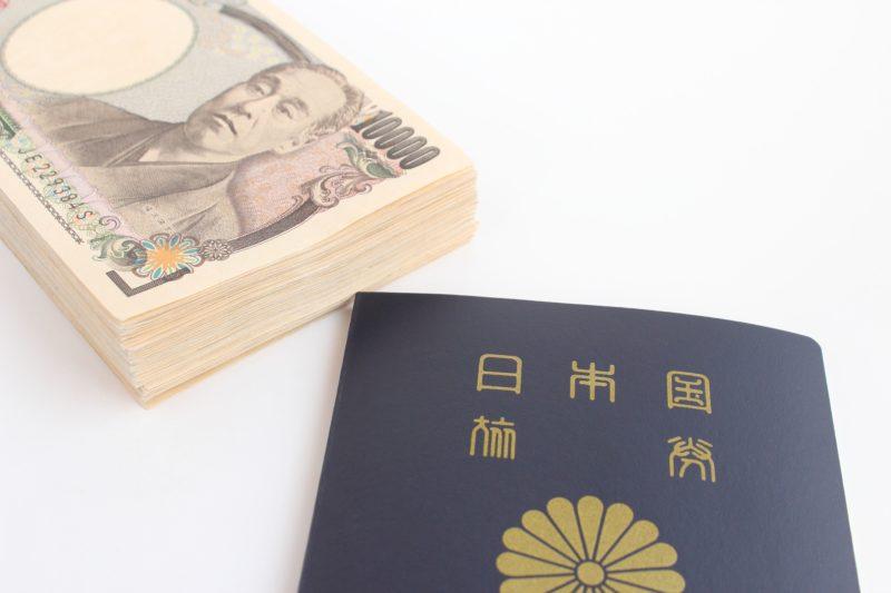 札束と日本国パスポート