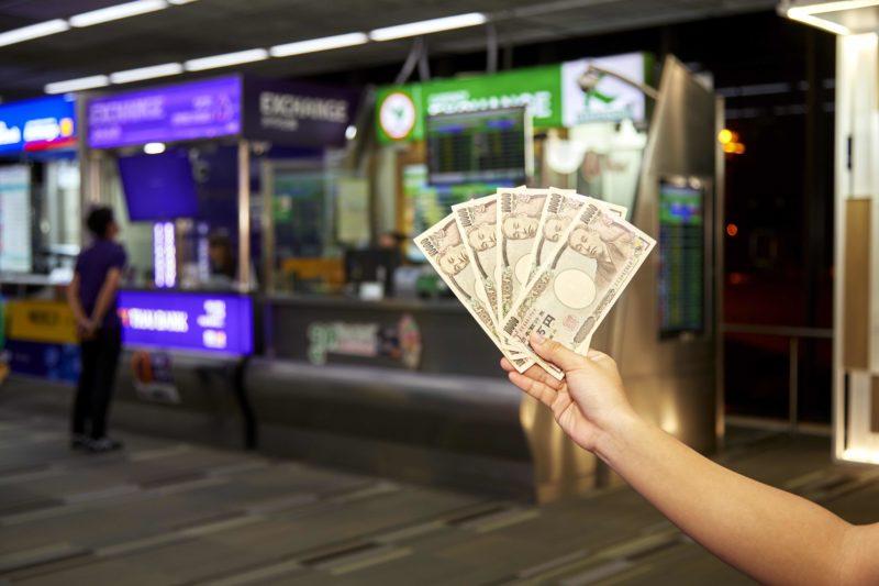 タイの空港で両替をする