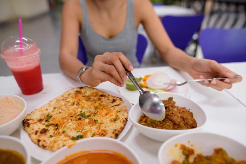 タイのローカルレストラン ご飯を食べる女性