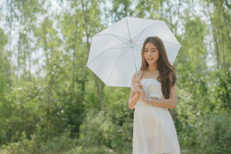 タイ人 女性 傘をさす