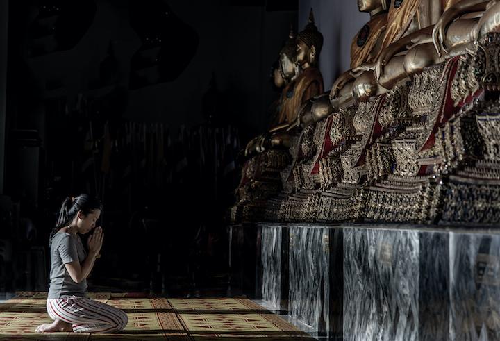 タイ 祈る 女性