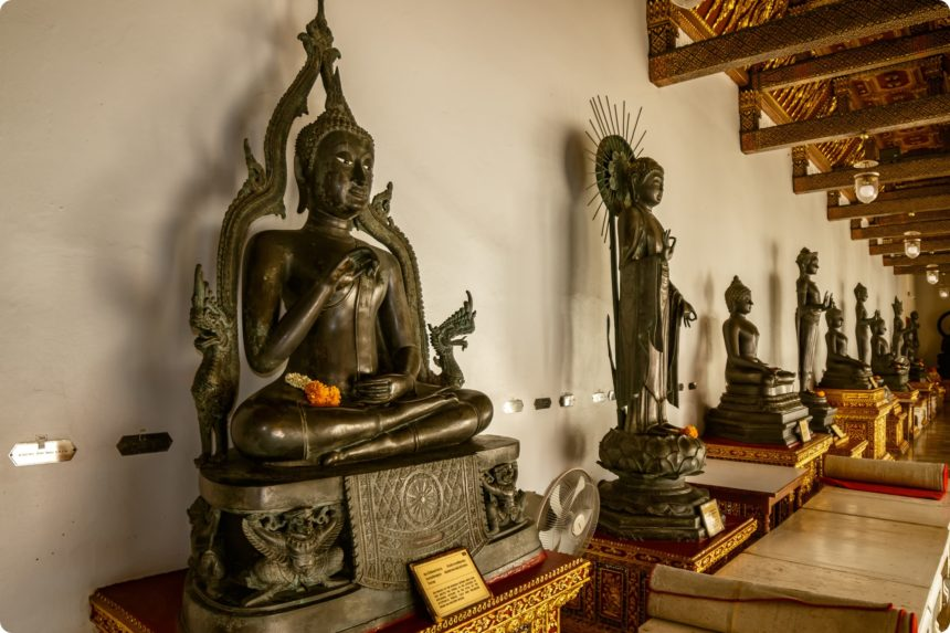 ワット・ベンチャマボピット 日本の仏像