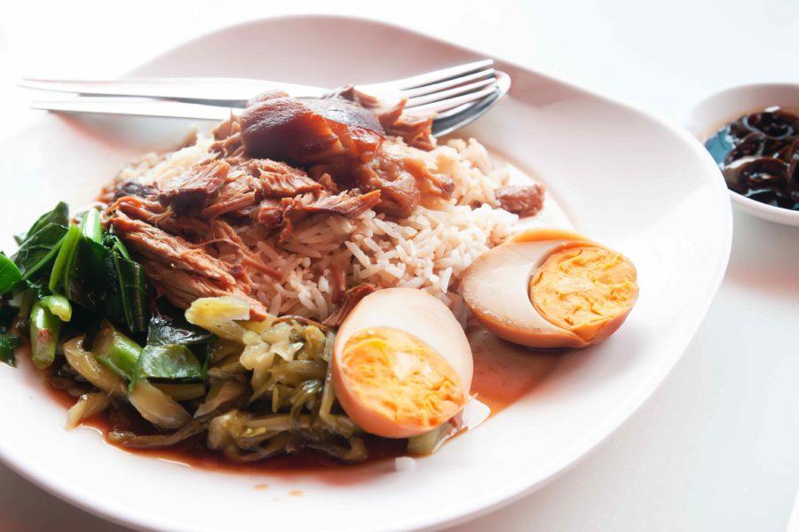 タイ料理:カオカームー(ข้าวขาหมู)