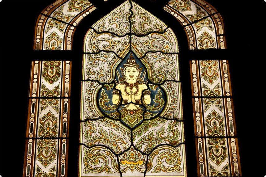 タイの寺院にあるステンドグラスの窓
