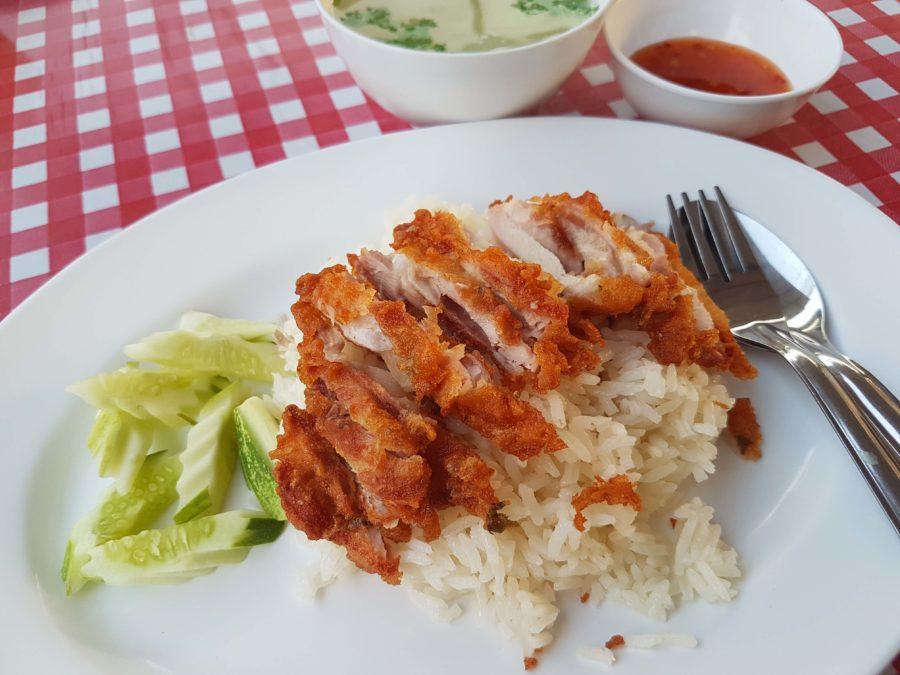 タイ料理:カオマンガイ トート(ข้าวมันไก่ทอด)
