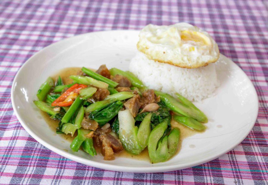 タイ料理:カオムークロープ(ข้าวหมูกรอบ)