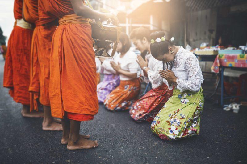 タイ 僧侶に祈る民