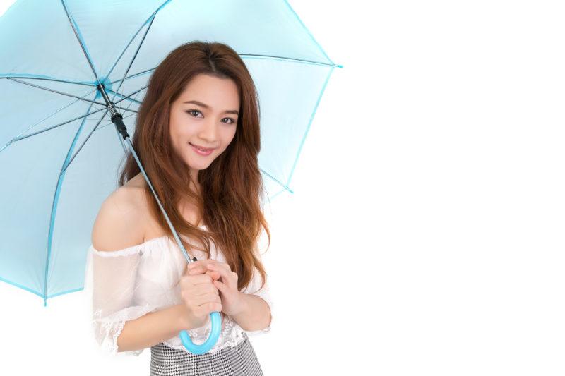 傘をさす タイ人女性