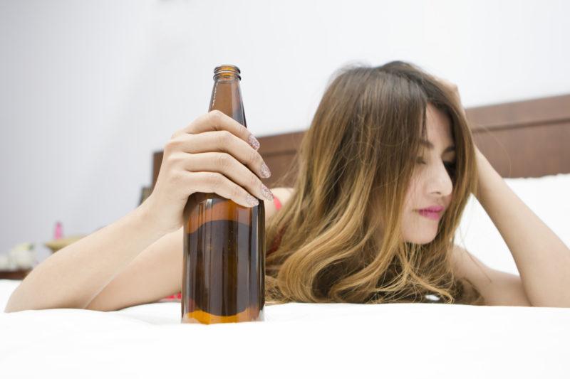 ビールをもつ女性