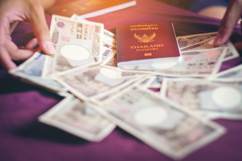 パスポートと1万円札