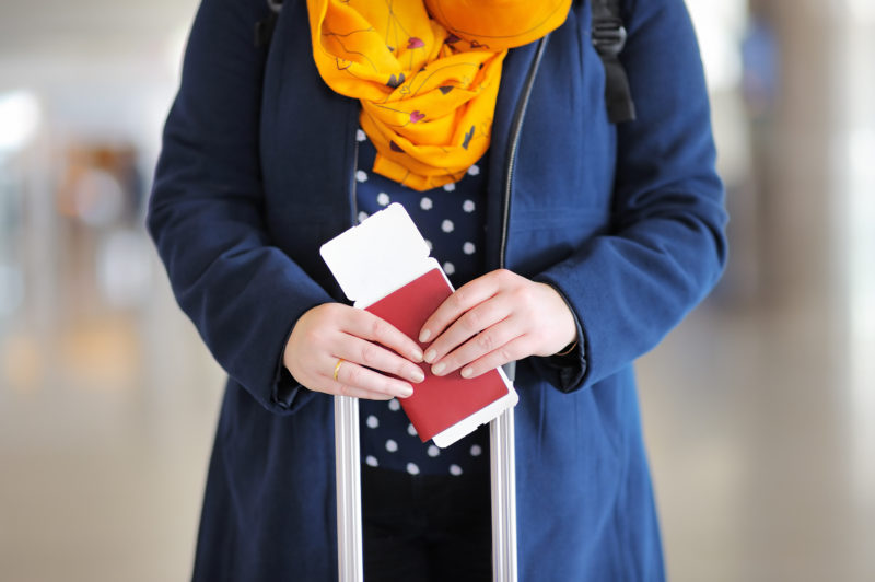 パスポートを持つ日本人女性