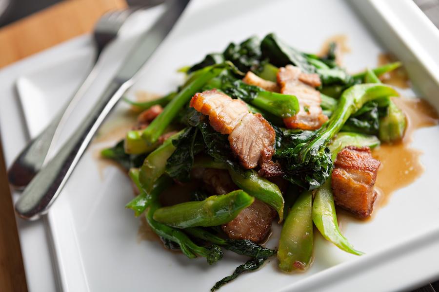 タイ料理:パットパックカナームー(ผัดคะน้าหมูกรอบ)