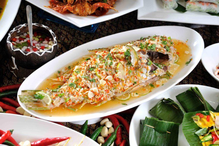 タイ料理:プラータプティムヌンマナーオ(ปลาทับทิมนึ่งมะนาว)