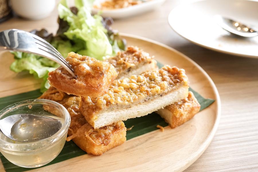 タイ料理:カノムパンナークン(ขนมปังหน้ากุ้ง)