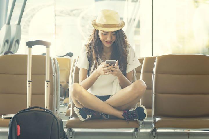 空港 スマホ 女性