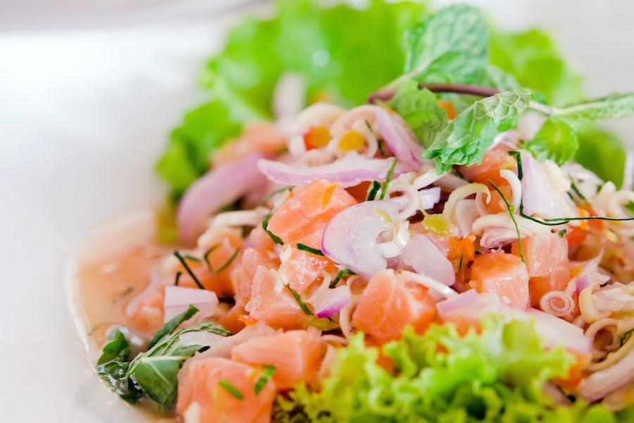 タイ料理:ヤムサーモン(ยำแซลมอน)