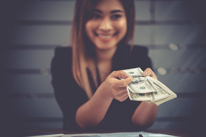 タイ お金 女性