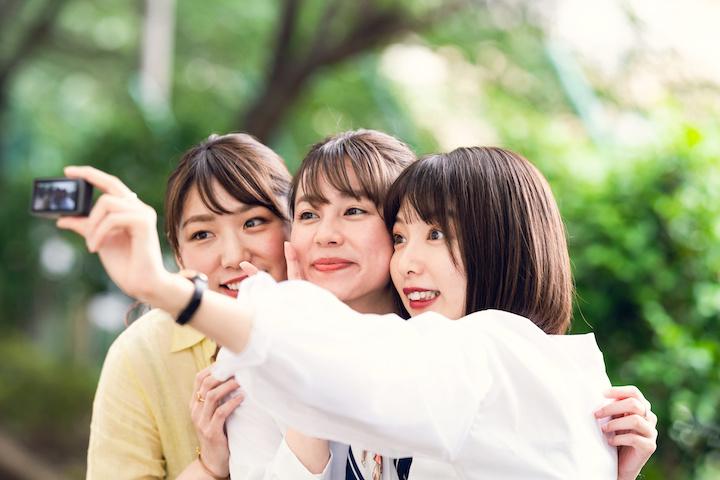 自撮りする女性グループ