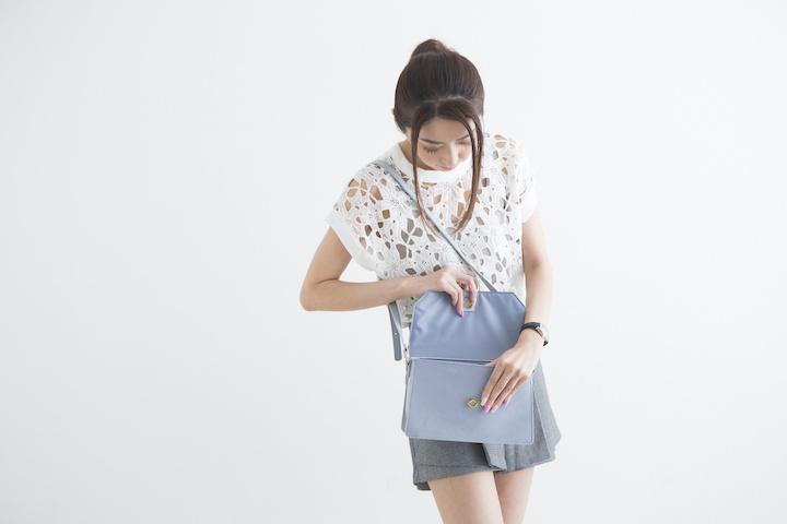 バッグの中を見る女性