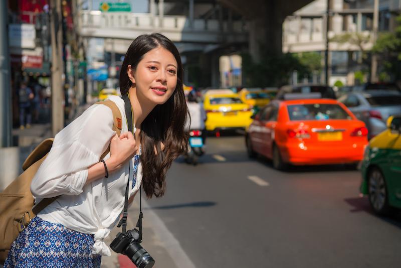 タクシーを待つ女性